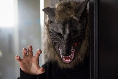 Hombre con cara de lobo