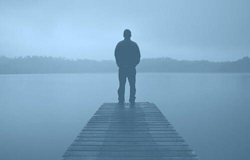 hombre en un puerto simbolizando los miedos comunes