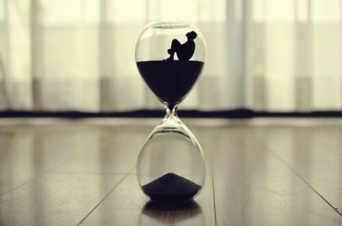 hombre en interior reloj de arena simbolizando el efecto Zeigarnik
