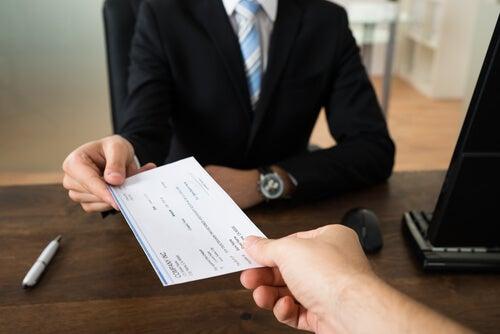 Hombre solicitando un crédito en el banco