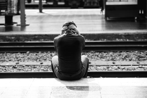 Hombre pensando en suicidarse