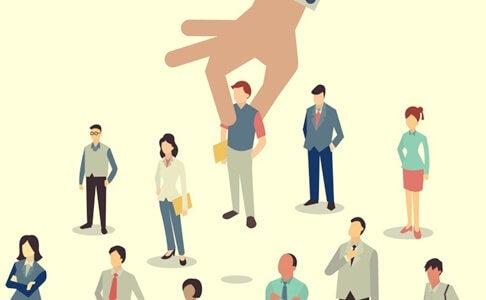 mano que elige personas simbolizando a los psicólogos de empresas