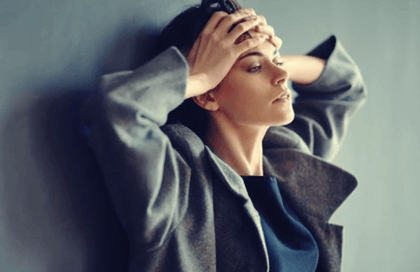 Mujer representando el lenguaje corporal de la ansiedad