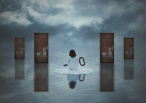 mujer con llave para abrir la puerta de la recuperación