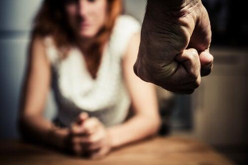 Mujer con miedo al maltrato por parte de su pareja
