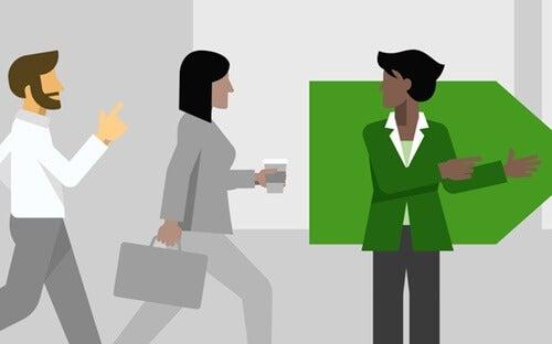 mujer de verde simbolizando a los psicólogos de empresas