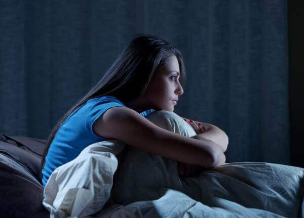 Mujer despierta por insomnio una clase de disomnia