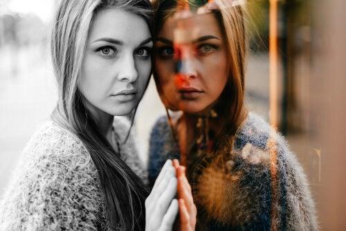 Mujer reflejada en un cristal