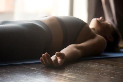Mujer relajándose tumbada