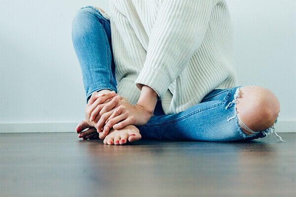 mujer sentada representando el lenguaje corporal de la ansiedad