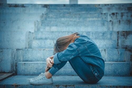 Mujer triste pensando en suicidio