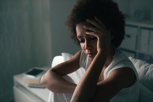 Mujer triste y preocupada