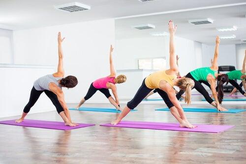 Mujeres haciendo yoga Bikram