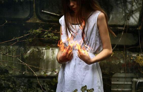 Niña con fuego en las manos