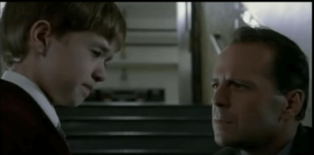 Niño con el psicólogo del sexto sentido