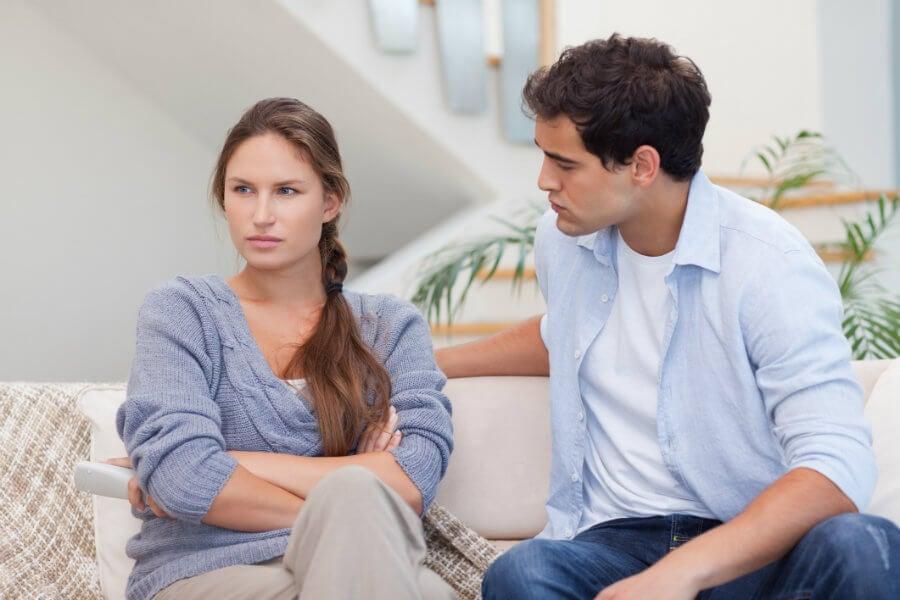pareja representando el efecto de escuchar sin empatía