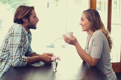 pareja teniendo buenas conversaciones