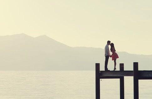 pareja representando las frases sobre las relaciones amorosas