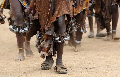 Piernas de personas de una tribu