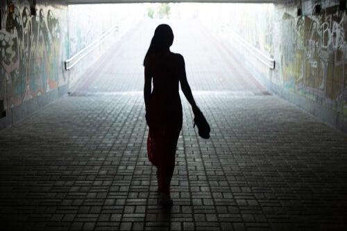 Silueta de una mujer caminando
