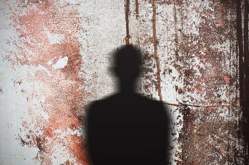 Sombra de un hombre en la pared