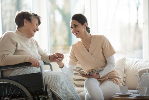 Terapeuta con un paciente con demencia