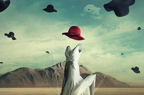 vestido blanco con sombrero simbolizando la mente extendida