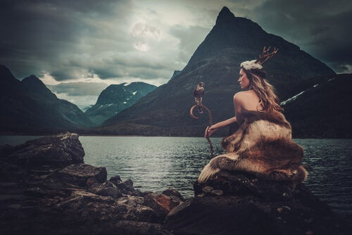 Diosa sentada frente a un lago