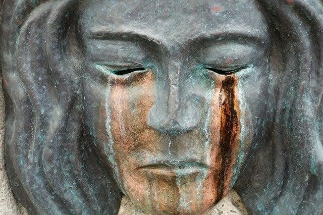 Escultura de una mujer llorando