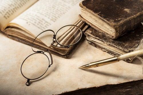 Gafas sobre libro antiguo