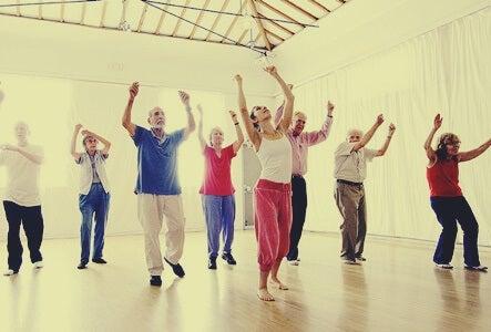 personas simbolizando los beneficios del baile en la tercera edad