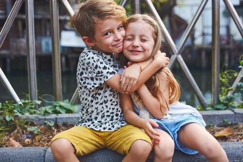Hermano abrazando a su hermana pequeña