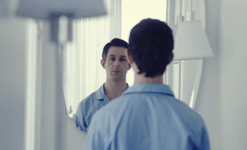 hombre trabajando la terapia de exposición al espejo