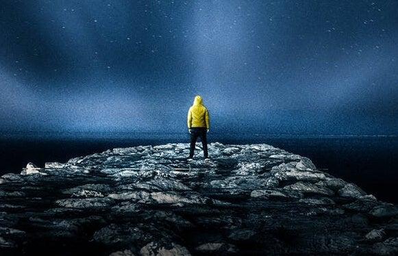 chico en la noche simbolizando la la teoría de la autorrealización