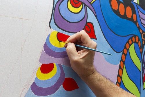 Hombre haciendo un dibujo en la pared