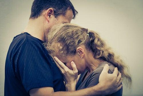 Hombre y mujer tristes