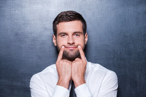 Hombre con sonrisa falsa