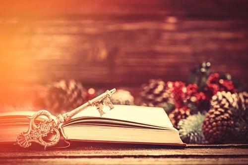 Libro abierto con una llave junto a decoración navideña