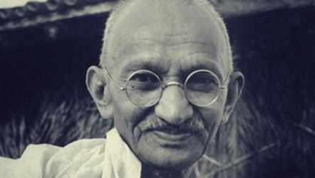 Mahatma Gandhi: biografía del líder de la no-violencia