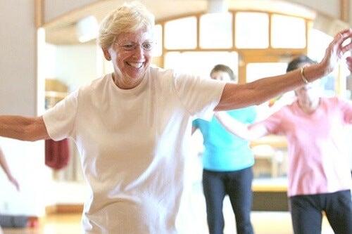 mujer simbolizando los beneficios del baile en la tercera edad