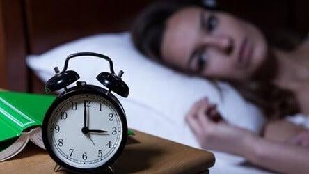 mujer representando la falta de sueño y la ansiedad