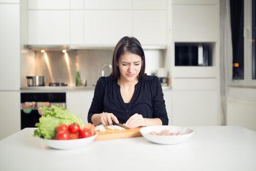 Mujer llorando mientras pela cebollas