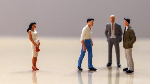 Muñecos hombres con una mujer