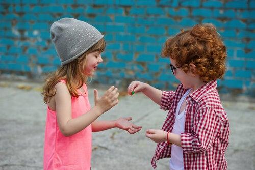 Niño compartiendo golosinas