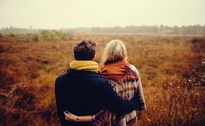 Pareja simbolizando que una relación necesita más compromiso y menos sacrificios