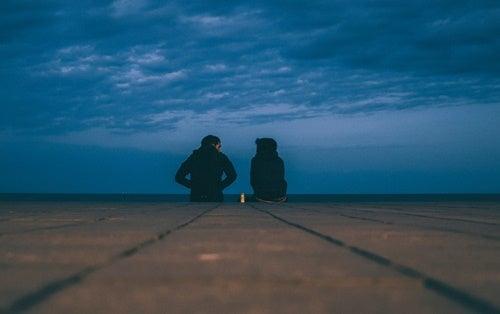 pareja en la noche simbolizando cómo vivir con una persona alexitímica