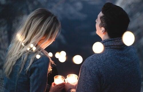 pareja entre luces simbolizando cómo el lenguaje nos ayuda a que las cosas sucedan