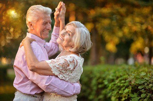 pareja simbolizando los beneficios del baile en la tercera edad