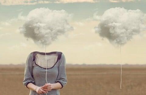 mujer con nubes simbolizando el test de Asociación de palabras de Jung