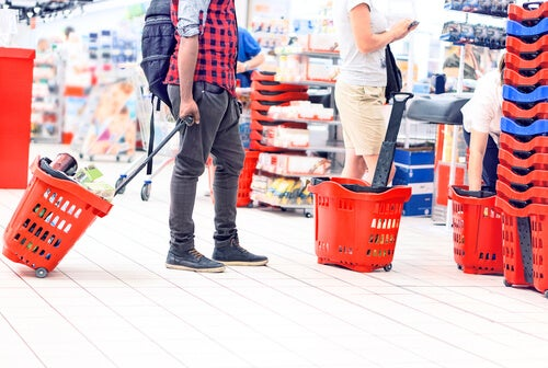 Persona en la cola del supermercado
